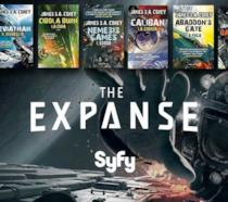 Copertine dei sette romanzi della saga The Expanse su sfondo pubblicitario di SyFy per la serie TV