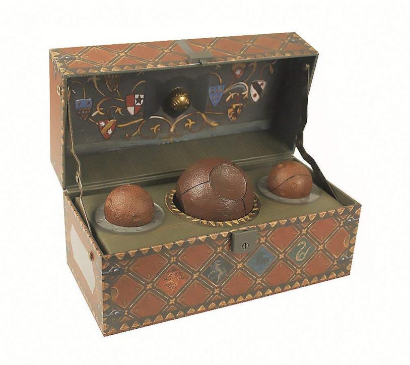 Il baule con la replica delle palle per giocare a Quidditch