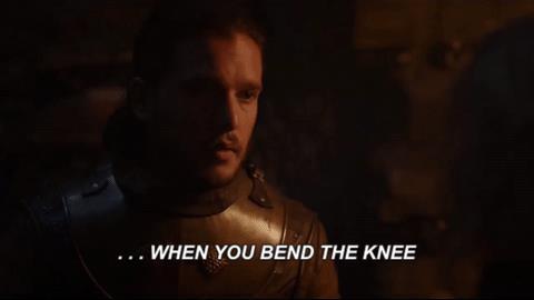 Daenerys Targaryen ordina a Jon Snow di inginocchiarsi