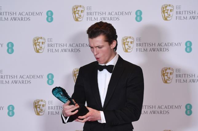 Tom Holland posa con il suo BAFTA 2017