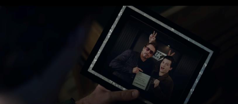Tony Stark guarda la sua foto con Peter Parker nell'ultimo trailer di Avengers: Endgame