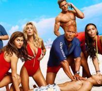 Dwayne Johnson e il resto del cast in un'immagine di Baywatch