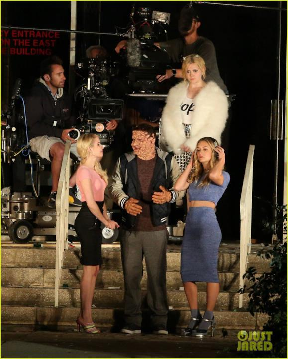 Sul set di Scream Queens 2, da sinistra a destra, Emma Roberts, Taylor Lautner e Billie Lourd