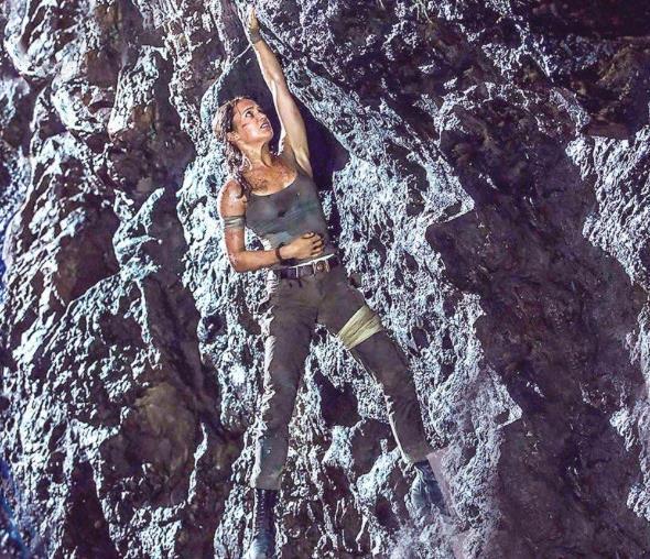 Una scena di Alicia Vikander che si arrampica in Tomb Raider 2018