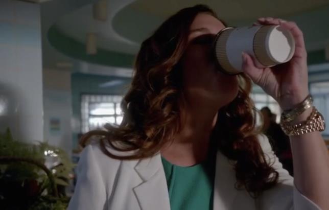 Scream Queens: la dottoressa beve il caffè di Chanel