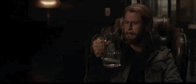 Il boccale di Thor si riempie per magia grazie al Doctor Strange