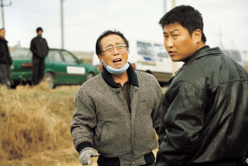 Song Kang-Ho in una scena del film Memorie di un assassino