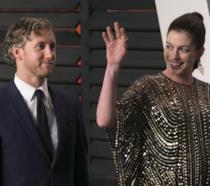 Primo piano di Anne Hathaway e Adam Shulman