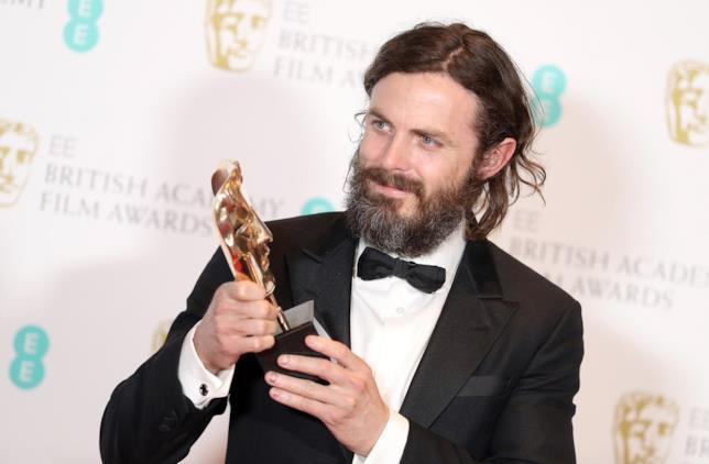 Casey Affleck con il suo BAFTA al miglior attore protagonista