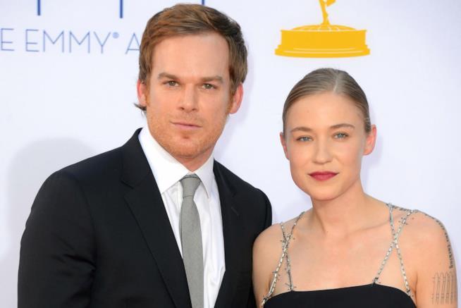 Michael C. Hall in posa con la sua compagna, e neo moglie, Morgan MacGregor