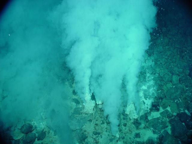 Una bocca idrotermica in un fondale oceanico