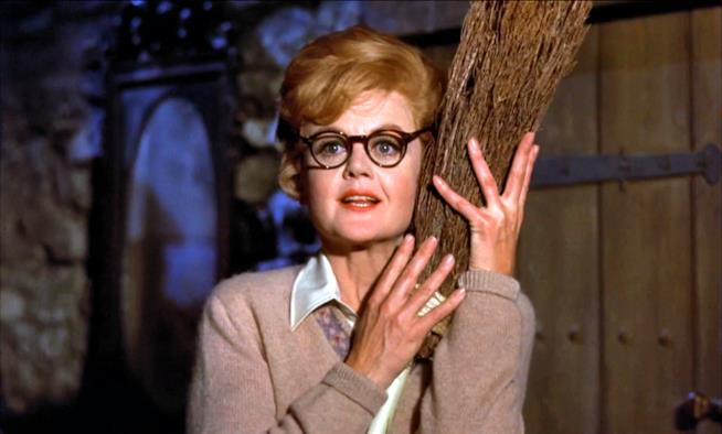 Angela Lansbury in una scena di Pomi d'ottone e manici di scopa