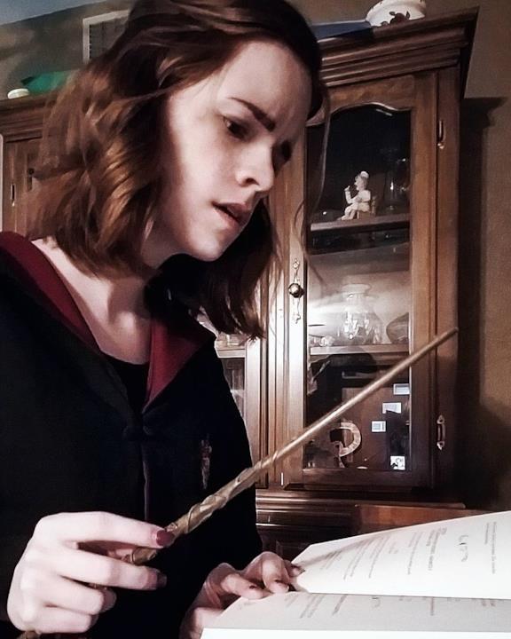 Kari Lewis in cosplay da Hermione