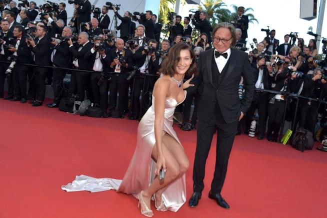 Bella Hadid con suo padre sul red carpet del Festival di Cannes