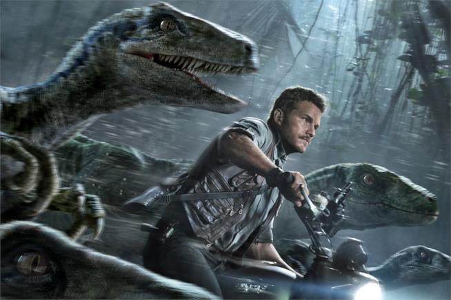 Una scena di Jurassic World con Chris Pratt e i dinosauri