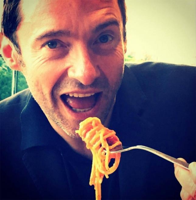 Hugh Jackman mangia una forchettata di pasta