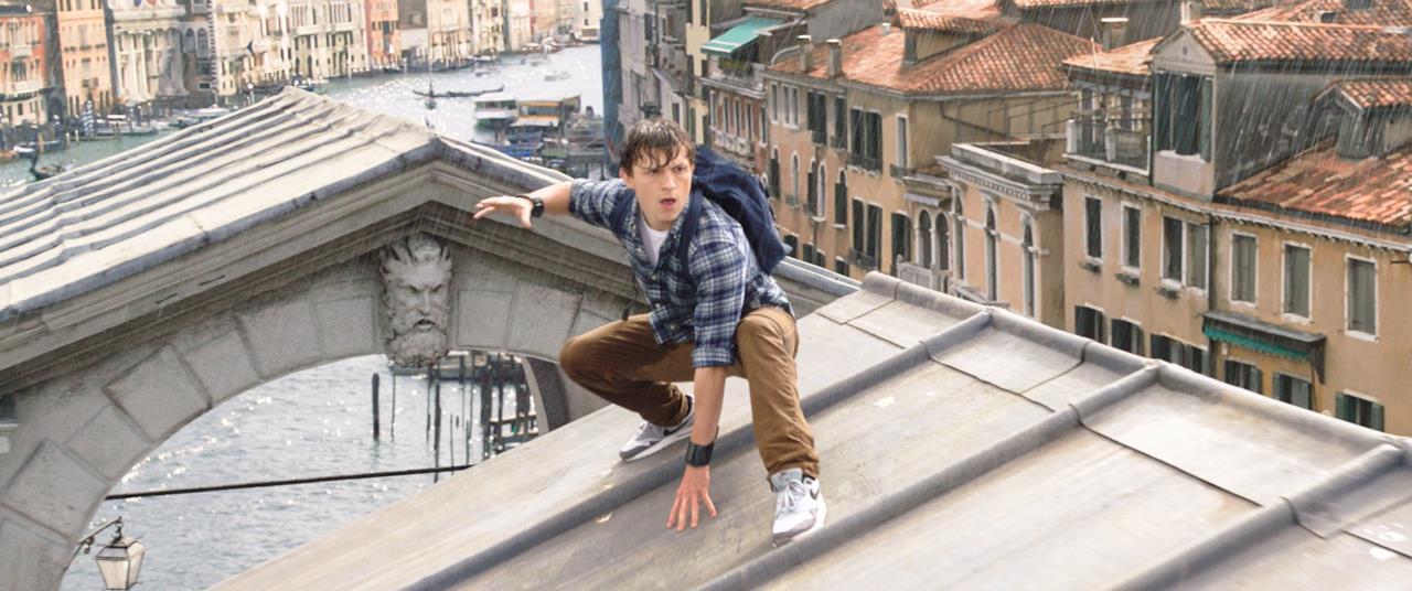 Peter fradicio in posa da Spider-Man su un tetto di Venezia