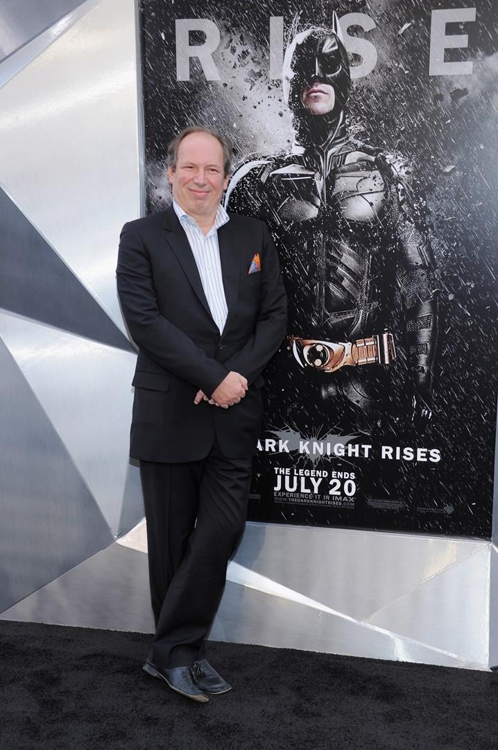 Hans Zimmer davanti al poster de Il Cavaliere Oscuro - Il Ritorno