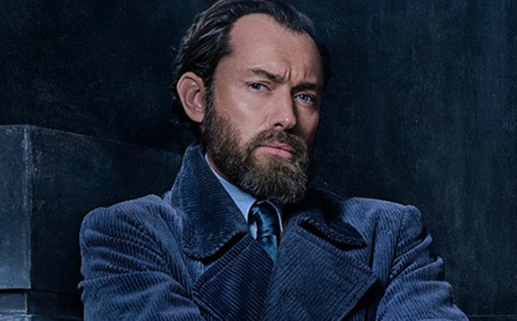 L'attore Jude Law con una folta barba nei panni del mago Albus Silente
