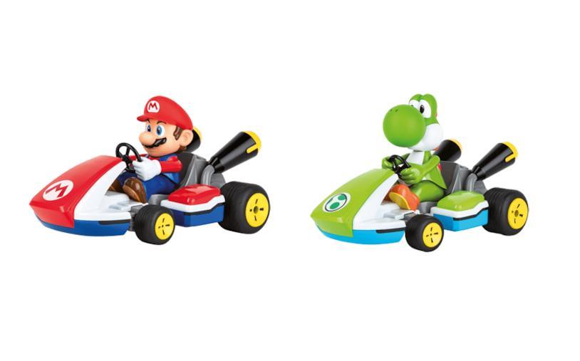 Super Mario e Yoshi sfrecciano sui loro kart Carrera
