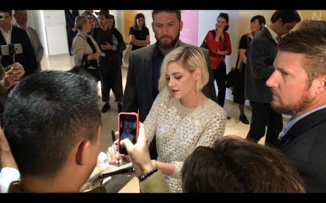 Kristen Stewart mentre firma autografi prima della conferenza stampa al Festival di Cannes