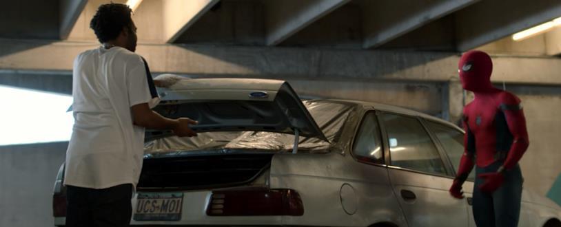 Spider-Man interroga il ladro Aaron Davis in una scena di Spider-Man: Homecoming