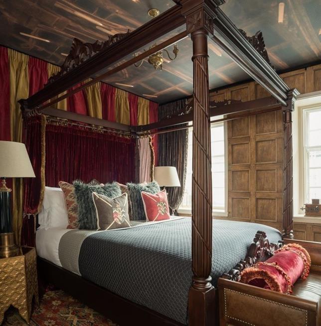 Dettagli del letto a baldacchino presente in una delle due camere del