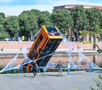 L'autobus salvato da Spider-Man mentre si inabissava nella Darsena