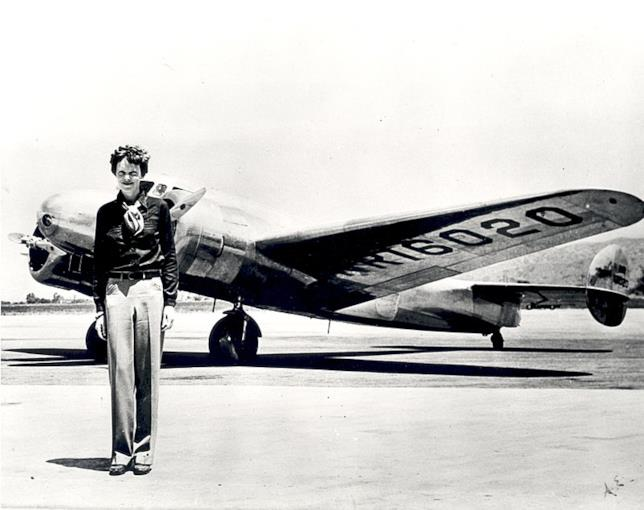 Amelia Earhart in uno scatto del 1937 di fronte al suo aereo