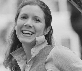 Carrie Fisher giovanissima e sorridente in una foto di archivio