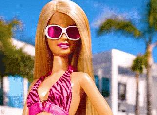 Barbie in primo piano con occhiali da sole rosa
