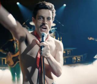 Rami Malek si esibisce a torso nudo in una scena di Bohemian Rhapsody