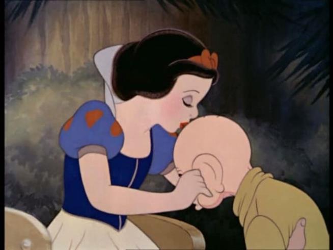 Biancaneve dà un bacio a Cucciolo