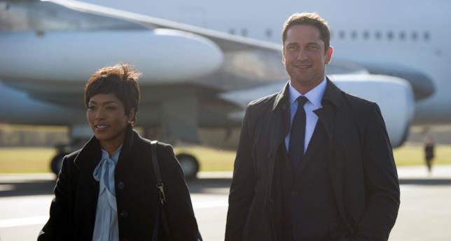 Gerard Butler e Angela Basstt in una scena del film