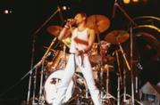 Freddie Mercury in un'esibizione con i Queen