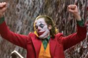 Joaquin Phoenix balla vestito da Joker in una scena del film