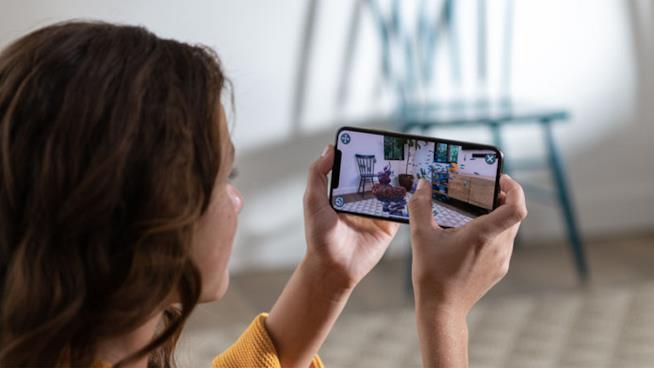 Una ragazza utilizza il nuovo iPhone XS