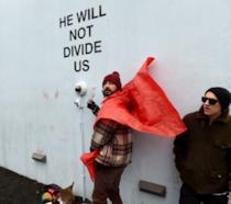 Shia LaBeouf durante la manifestazione He Will Not Divide Us