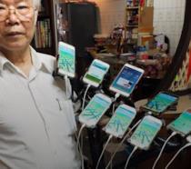 Primo piano di Chen San-yuan con i suoi 9 smartphone