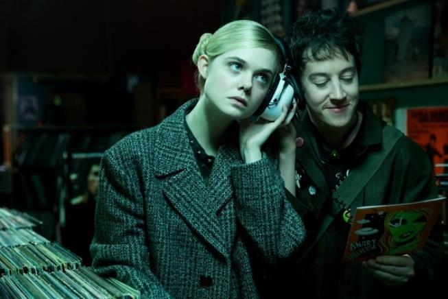 Elle Fanning e Alex Sharp in una scena da La Ragazza del Punk Innamorato