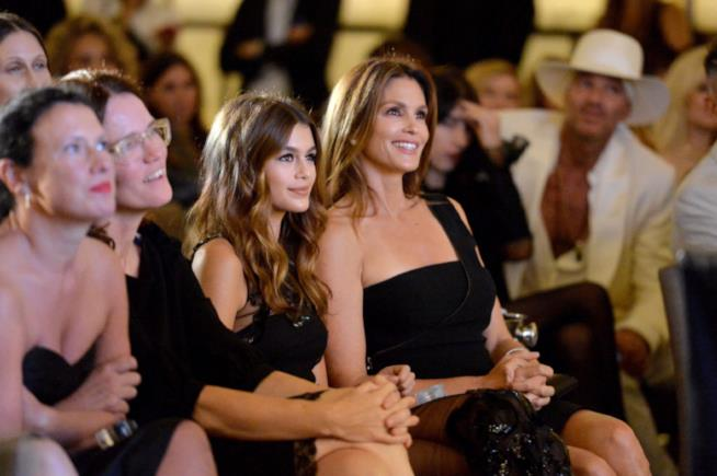 Kaia Gerber assiste a una sfilata con la mamma Cindy Crawford alla New York Fashion Week