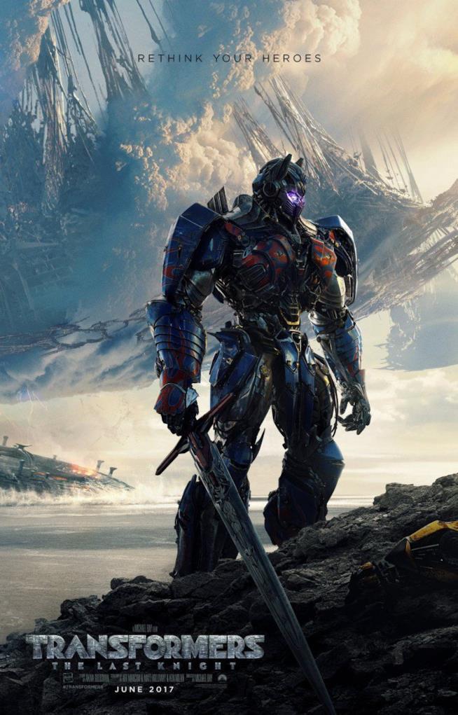 Optimus Prime e uno sconfitto Bumblebee in Transformers 5