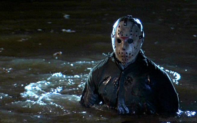 La statua di Jason Voorhees in fondo a un lago