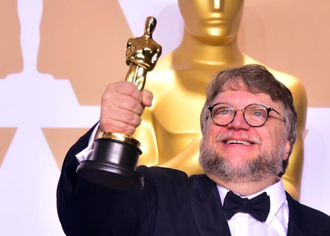 Guillermo del Toro solleva in alto l'Oscar vinto per La forma dell'acqua
