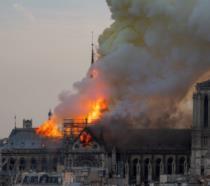 Quasimodo abbraccia Notre Dame e il Teatro La Fenice ricorda che dalle ceneri si risorge