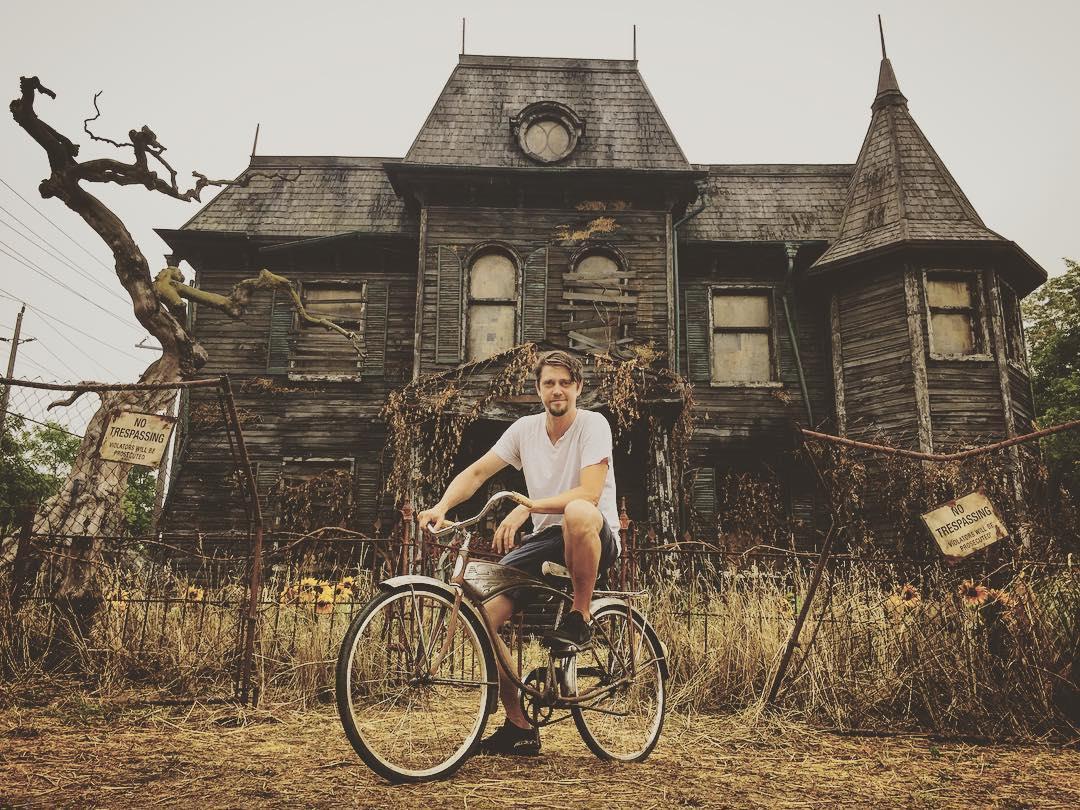 Andy Muschietti in bici