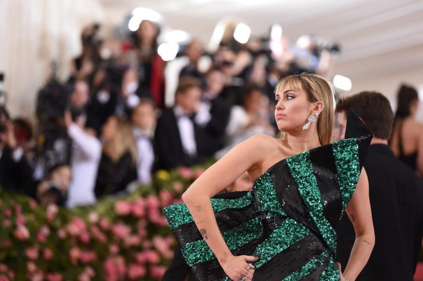 Miley Cyrus in posa sul red carpet del Met Gala 2019