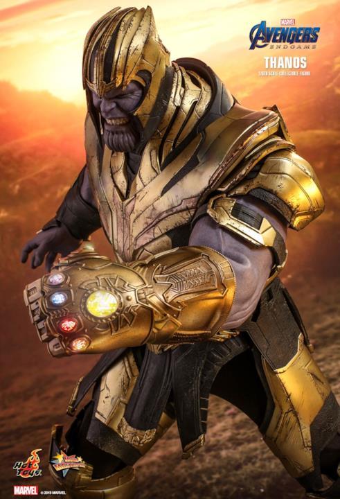 L'action figure di Thanos mostra i denti e indossa il Guanto dell'Infinito