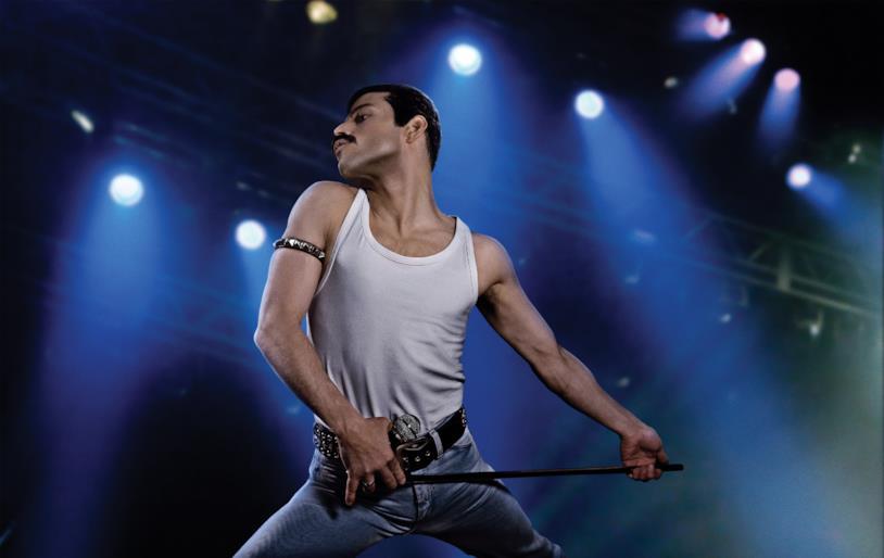 Mezza figura di Rami Malek nei panni di Freddie Mercury, in posa durante il Live Aid