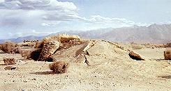 Un Graboid compare davanti a Val ed Earl nel film del 1990